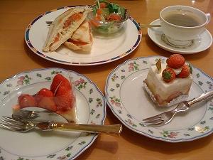 苺のケーキとアボカドのサンドイッチ